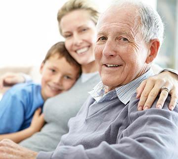 Gelukkig met kleinkind en goed uitgeteste hoortoestellen
