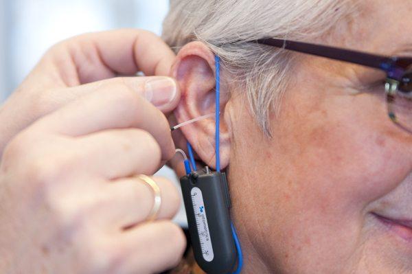 REM slang wordt in het oor geplaatst
